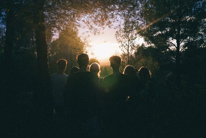 Un gruppo di persone riunite ad ammirare il tramonto